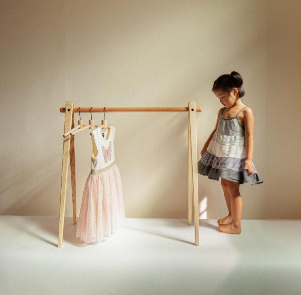 適合100公分高以下的幼兒衣架,學習自已掛放衣物的開始