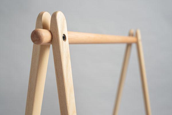 天然原木製衣架,適合成人、兒童、小小孩使用。