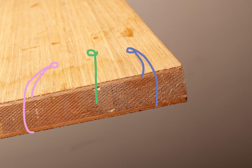 木心板的中心是拚接的輕質量長方木塊,上下兩邊先以貼合的木薄板固定。 一般薄板上會再貼合一層原木皮。 讓外表美觀,但是內部保持輕量及不易型變。
